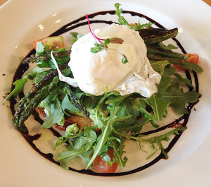 Poached eggs with spinach and tomato